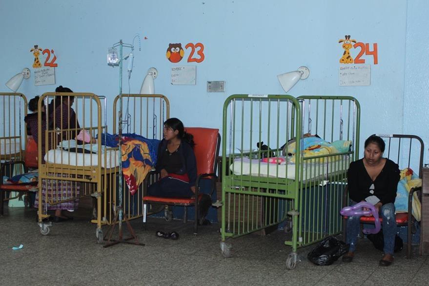 Madres acompañan a sus hijos que permanecen internados en el Hospital Nacional de San Marcos. (Foto Prensa Libre: Aroldo Marroquín)