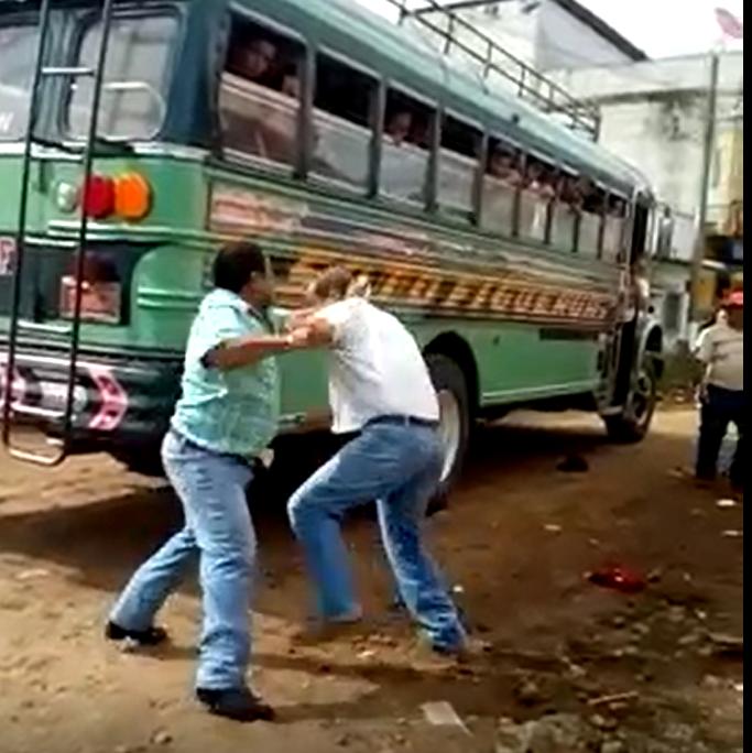 Pilotos de autobuses pelean en la vía pública en San José La Máquina. (Foto Prensa Libre: Cristian Soto)