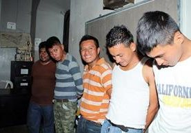 Cinco hombres fueron capturados en Retalhuleu, cuando circulaban en un picop y llevaban una motocicleta robada. (Foto Prensa Libre: Rolando Miranda)
