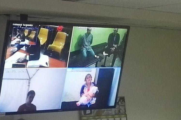 Los pandilleros vieron la audiencia a través de videoconferencia. Foto Prensa Libre: Jerson Ramos.