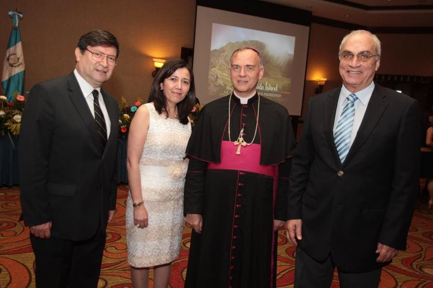 Rodrigo Montúfar,  Sonia de Montúfar, Nicolás Thevenin, nuncio apostólico, y Eduardo Aguirre.(Foto Prensa Libre: Edwin Castro)