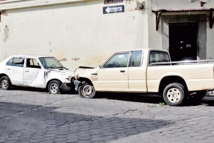 Vecinos se quejan de los vehículos que están estacionados en la 8a. avenida de la zona 1 de la cabecera de Quetzaltenango.