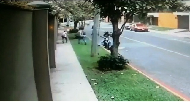 Asaltan y goléan a mujer en zona 14. Video capta el momento de la agresión. (Foto Prensa Libre: PNC)