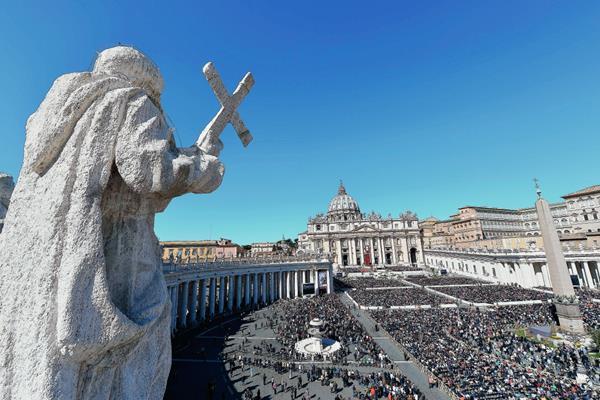 Una vista general que muestra la multitud durante las celebraciones en la Plaza de San Pedro.  (Foto Prensa Libre:AFP).AFP