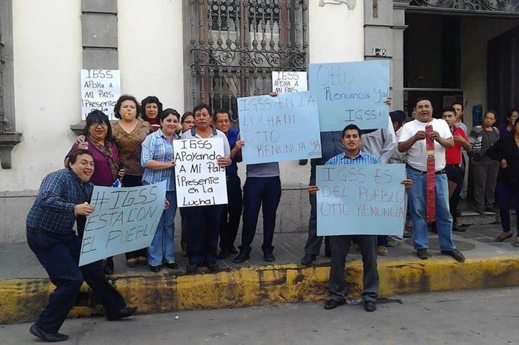 Trabajadores del IGSS en Xela muestran pancartas durante manifestación contra la corrupción. (Foto Prensa Libre: elQuetzalteco)