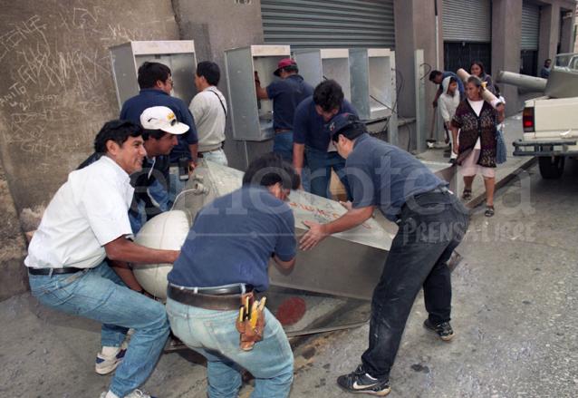 Los teléfonos monederos fueron sustituidos por tarjeteros de la mexicana Telmex. (Foto: Hemeroteca PL)