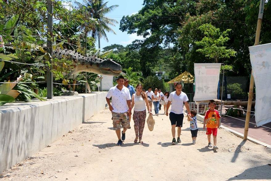 Turistas  disfrutan de un recorrido por Dino Park, en Santa Cruz Muluá, Retalhuleu. (Foto Prensa Libre: Rolando Miranda)