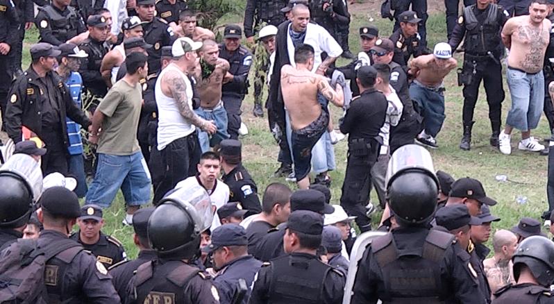Decenas de pandilleros del Barrio 18 son sometidos a una revisión por autoridades penitenciarias. (Foto Prensa Libre: Érick Ávila)