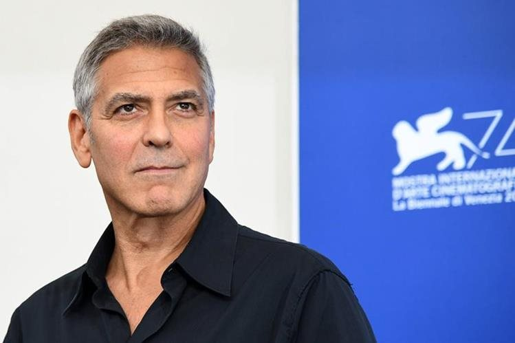 George Clooney, actor estadounidense, posa para la prensa en el Festival de Cine de Venecia, en Italia, este sábado. (Foto Prensa Libre: AFP).