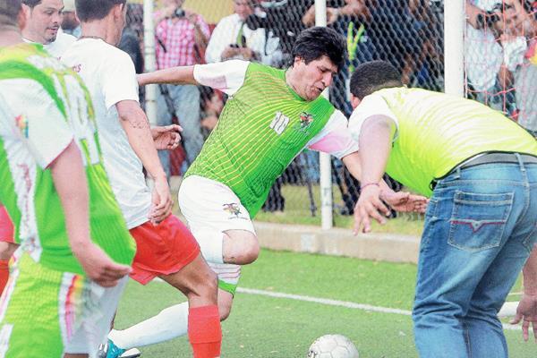 Evo Morales, presidente de Bolivia, durante un encuentro amistoso de futbol. (Foto Prensa Libre: EFE).