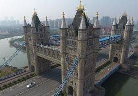 La réplica del Tower Bridge de Londres en Suzhou, China, incluye cuatro torres en lugar de dos. REUTERS
