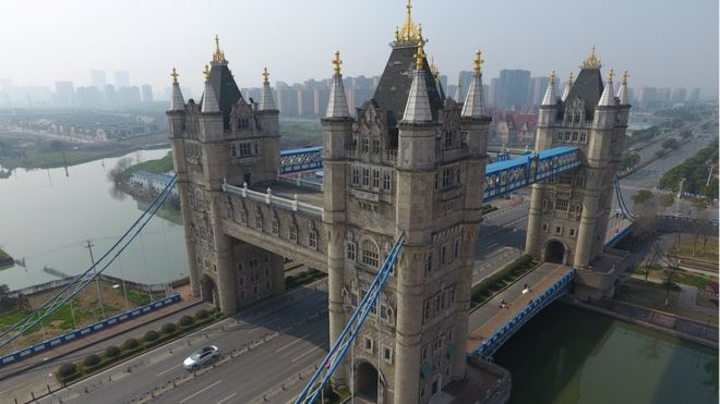 La réplica del Tower Bridge de Londres en Suzhou, China, incluye cuatro torres en lugar de dos. REUTERS