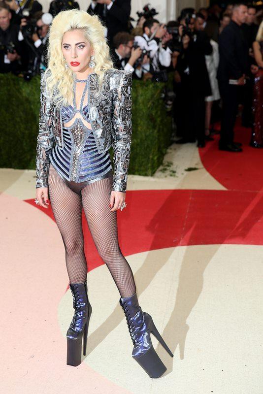 Lady Gaga llamó la atención por su extravagancia. (Foto Prensa Libre: EFE)
