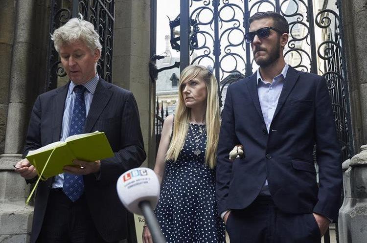 Chris Gard (d) y Connie Yates (c), portavoces de los padres de Charlie Gard. (AFP).