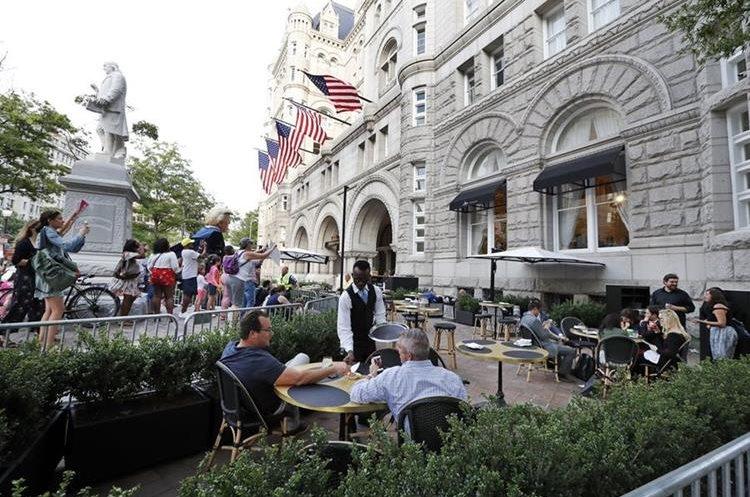 Protestas en el hotel donde Trump asiste a una recaudación de fondos para la reelección del 2020.(AP).