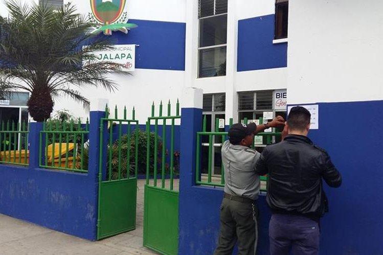 Colocan aviso para dar a conocer asueto en oficinas de la Municipalidad de Jalapa. (Foto Prensa Libre: Hugo Oliva)