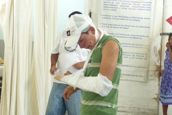 <p>Alberto Ronaldo Samayoa Ramírez presentaba fracturas en el brazo izquierdo. (Foto Prensa Libre: Comunicación Social PNC)<br></p>