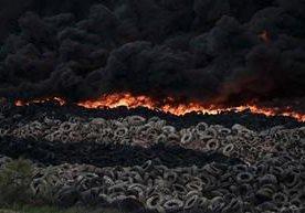 MIles de llantas ardieron en un vertedero en la capital española.