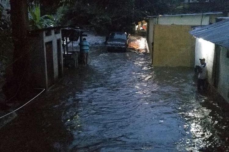 Unas 20 viviendas quedaron inundadas por el desborde de dos ríos. (Foto Prensa Libre: Rolando Miranda)