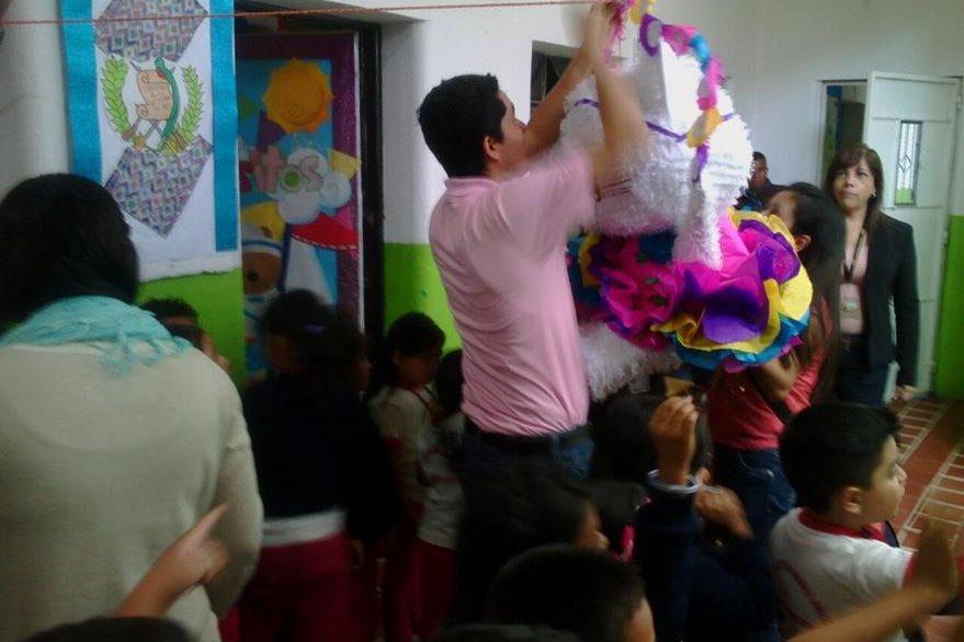 Fiscales de niñez organizaron piñatas en escuela de párvulos (Foto Prensa Libre: MP)