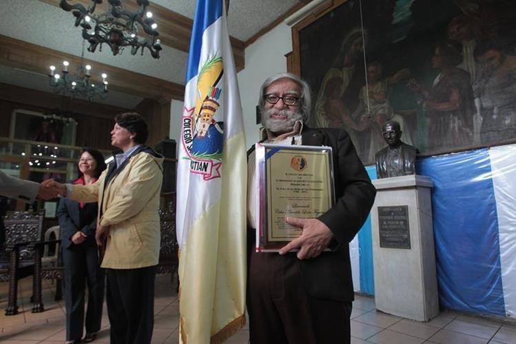 Celso Lara Figueroa recibe un homenaje en el Colegio San Sebastián. (Foto Prensa Libre: Ángel Elías)