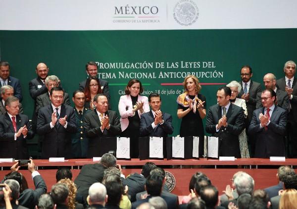 Enrique Peña Nieto (c), celebra las leyes del Sistema Nacional Anticorrupción. (EFE).