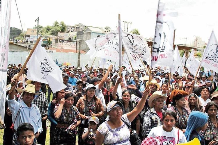 concentración de  activistas del comité cívico SUD en la cancha de futbol del barrio El Carmen, Sololá, durante la campaña electoral  del 2011.