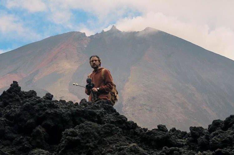 Uno de los influencers no pudo resistirse al paisaje del Volcán de Pacaya para tomarse una fotografía. (Foto Prensa Libre: @visitcentroamer)