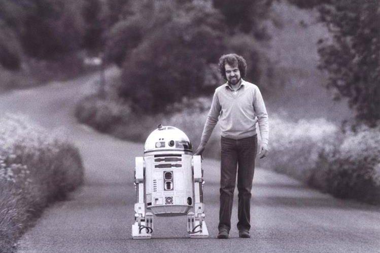 Tony Dyson junto a R2-D2. (Foto Prensa Libre: TonyDyson.com)