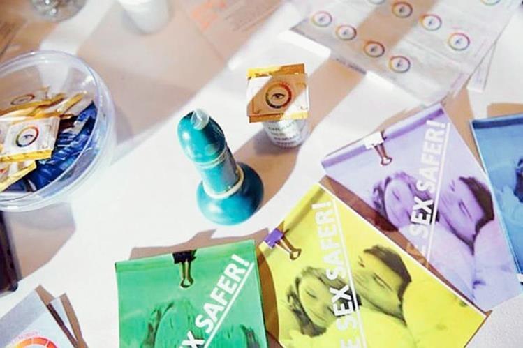 Adolescentes estudiantes diseñaron preservativo que mejora la protección en la intimidad. (Foto Prensa Libre, tomada de mirror.co.uk)