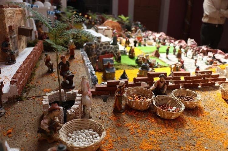 Las plazas de los pueblos donde se venden granos básico son infaltables en el nacimiento gigante de la familia Castillo Rodríguez. (Foto Prensa Libre: Mike Castillo)