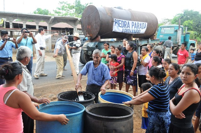 Servicios privados o municipales llevan agua a comunidades donde no tienen acceso. (Foto Prensa Libre: Hemeroteca PL)