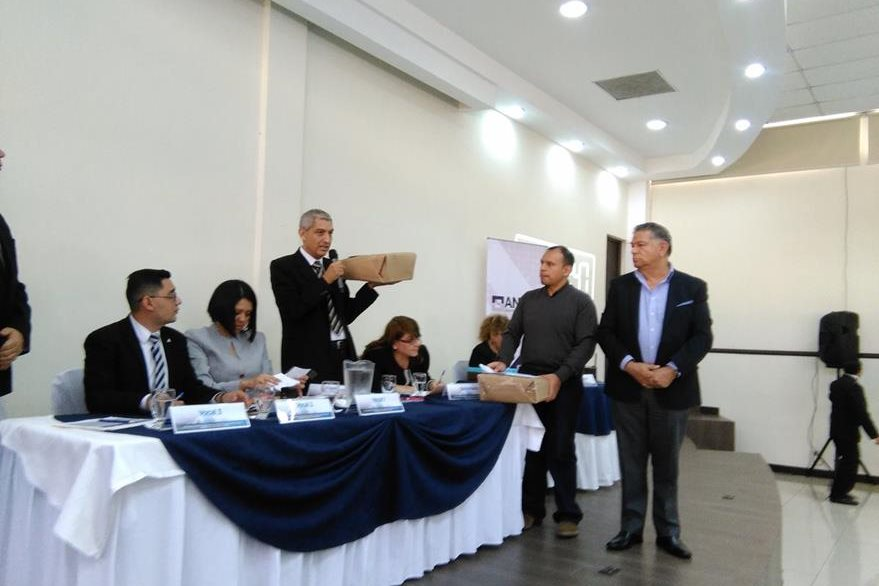 Inversionistas extranjeros presentaron ayer a la comisión evaluadora, sus muestras de interés para rehabilitar, administrar y operar con peaje la autopista Escuintla - Puerto Quetzal. (Foto, Prensa Libre:  Rosa María Bolaños)