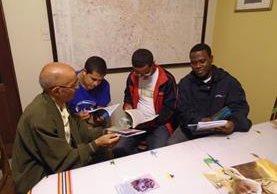 Elias Ruiz muestra a un grupo de jóvenes uno de los textos que ha editado en los últimos dos años. (Foto Prensa Libre: Cortesía)