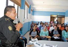 El comisario Rodrigo Salguero brinda información a los asistentes a una charla, que forma parte de la campaña de prevención de estafas a migrantes. (Foto Prensa Libre: Oswaldo Cardona).
