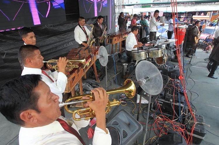Marimba orquesta La Pegajosa ameniza actividad de vendedores en La Terminal. (Foto Prensa Libre: Estuardo Paredes).