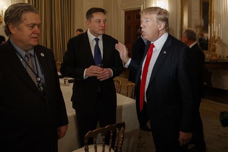 Trump se entrevista con Elon Musk y Steve Bannon (i), jefe de estrategia de la Casa Blanca. (AP).