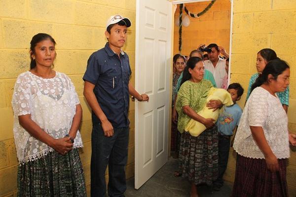 """<p>El melladista olímpico, Érick Barrondo, donó un centro de convergencia en la aldea Chiyuc, San Cristóbal Verapaz, Alta Verapaz, para que comadronas proporcionen atención pre y posnatal. (Foto Prensa Libre: Eduardo Sam)<br _mce_bogus=""""1""""></p>"""