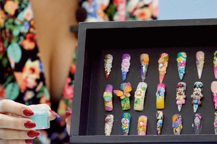 Los diseños en tercera dimensión para uñas acrílicas se trabajan con pigmentos en polvo.