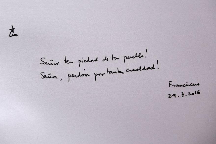 Esta es la inscripción en español que hizo el Papa en el libro de Honor de Auschwitz. (Foto Prensa Libre: AP).