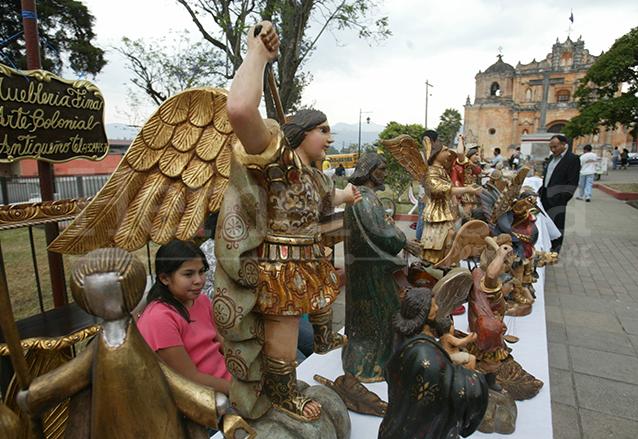Artesanías en la plaza de San Pedro las Huertas. (Foto: Hemeroteca PL)
