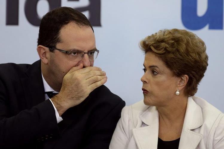 La presidenta de Brasil, Dilma Rousseff (d), conversa con su ministro de Hancienda, Nelson Barbosa (i), durante una actividad. (Foto Prensa Libre: EFE).