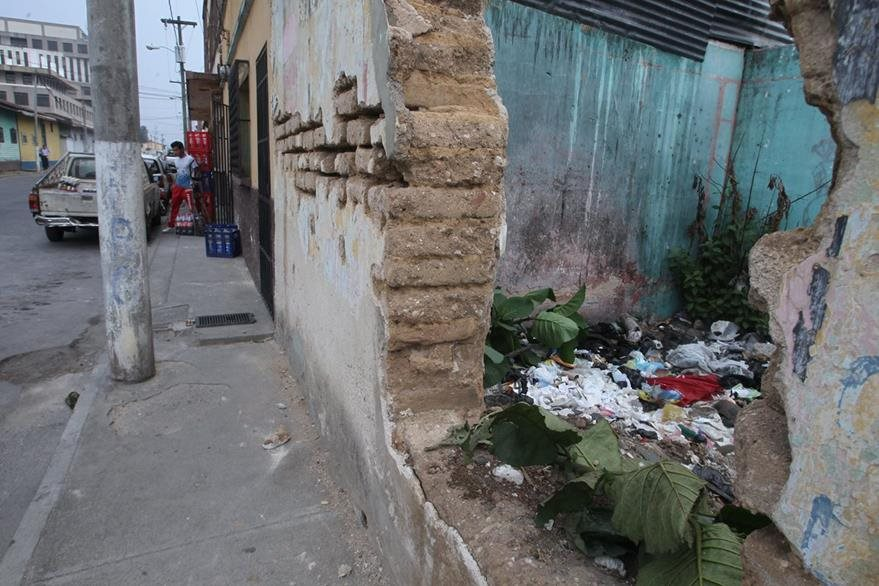 Basurero en una casa abandonada en la 17 calle y 15 avenida zona 1, barrio Gerona. (Foto Prensa Libre: Hemeroteca PL)