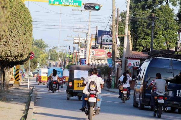 <p>Semáforo instalado en la avenida Vicente Coza de Morales, Izabal. (Foto Prensa Libre: Edwin Perdomo)<br></p>