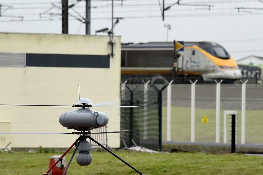 Imagen de un dron en que resguarda el ingreso al eurotúnel entre Francia y Reino Unido. (Foto Prensa Libre: AFP).