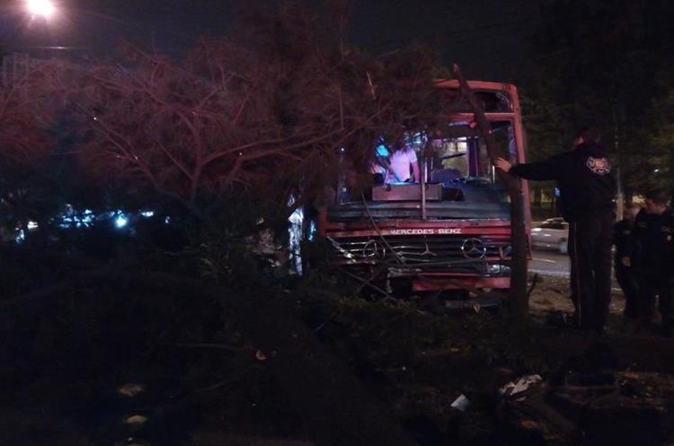 Las ramas de los árboles derribados obstruyeron el paso de vehículos en la calzada San Juan y 31 avenida, zona 7. (Foto Prensa Libre: Bomberos Voluntarios).