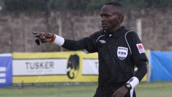 """El árbitro keniano Davies Omweno fue suspendido tres meses por """"mal posicionamiento"""" en el partido entre Libia y Túnez del 11 de noviembre (Foto Prensa Libre: tomada de internet)"""