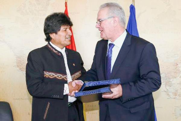 Neven Mímica (derecha), hizo el anuncio de la cooperación. En la fotografía aparece con el presidente de Bolivia, Evo Morales. (Foto Prensa Libre: EFE).