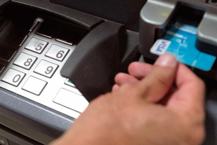 expertos advierten sobre el cuidado en el uso de cajeros automáticos.