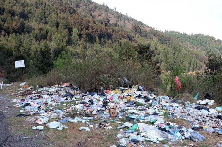 Basurero clandestino a orillas de la ruta que conduce a Olintepeque. (Foto Prensa Libre: Carlos Ventura)